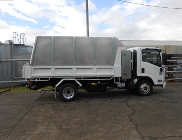 Chip bin and tool box on Isuzu-1066x800.jpg